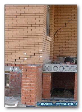 Трещина в стене и фундаменте