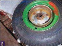 К тормозному барабану со шлицами от ведущего колеса скутера при помощи болтов крепится диск колеса меньшего диаметра