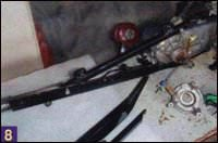 При помощи болтов левая часть рамы гусеничного движителя фиксируется к двигателю скутера через отверстия крепления амортизатора и опорного диска тормозных колодок