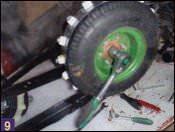 Устанавливаются ведущее колесо с зацепами,