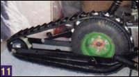Правая часть рамы гусеничного движителя крепится болтами к штатному глушителю скутера