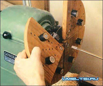 Самодельные губки крепятся винтами к кулачкам патрона токарного станка.