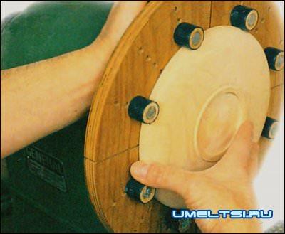Во время обточки обрабатываемая деталь прочно удерживается восемью фиксаторами, расположенными на самодельных губках.