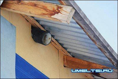 Чтобы исключить образование конденсата на тыльной стороне металлической кровли, под свесом установил на каждой из двух боковых сторон дома по три вентиляционных трубы d 100 мм.