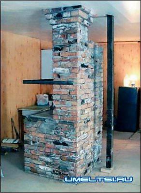 Кирпичная печь сложена без фундамента и опирается непосредственно на металлический пол контейнера.