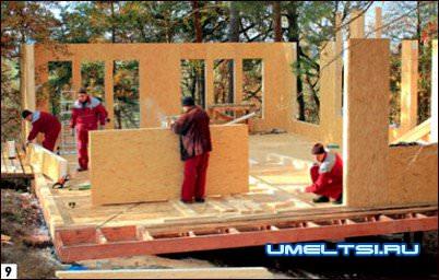 Сборку стен первого этажа начали с одного из углов дома