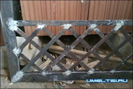 сетка внизу ворот