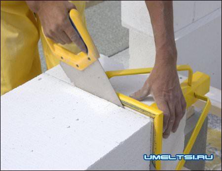 Газобетон легко обрабатывается — его можно резать простой пилой