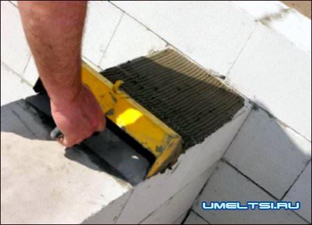 Специальный ковш позволяет наносить клеевой раствор тонким слоем по всей ширине блока