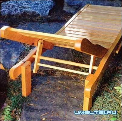 Деревянный шезлонг-лежак для дачи