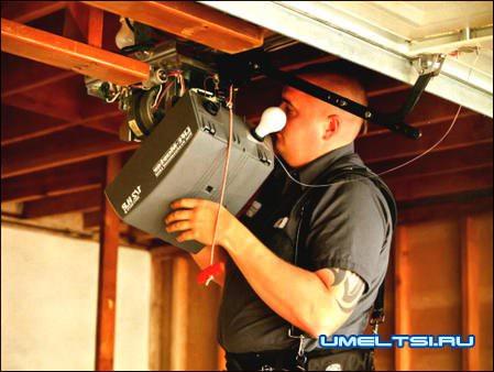 Блок привода ворот с освещением и разблокировкой на случай отключения электричества (красный шнур с рукоятью).