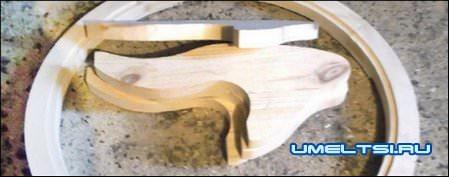 Деревянный стол со стеклянным верхом