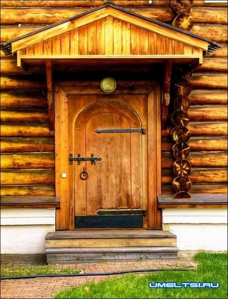 Козырек над входом в дом