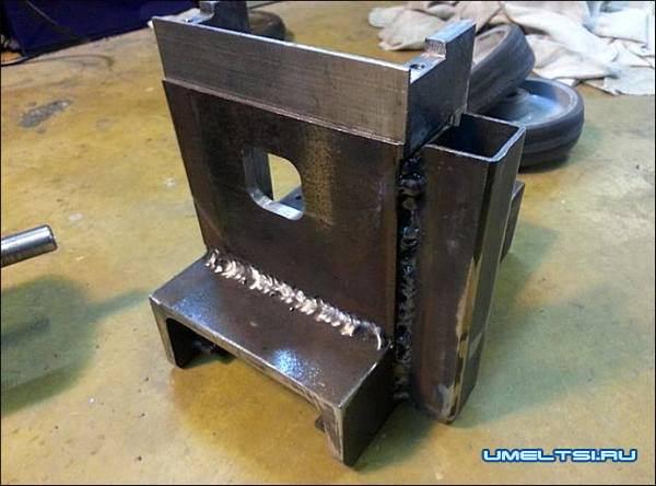 Берем швеллер 120 мм, свариваем раму