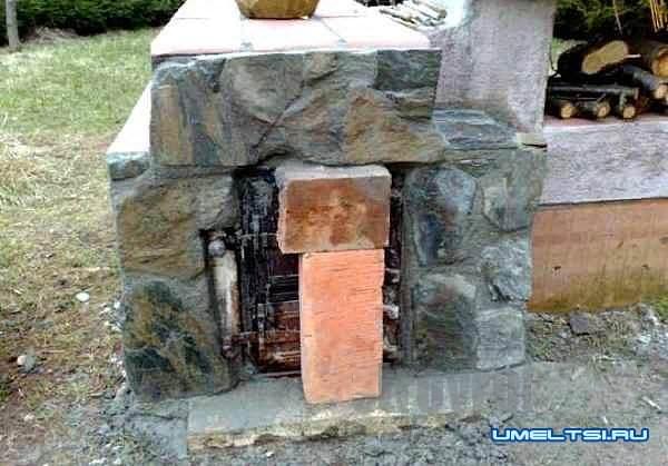 Кирпичная барбекю–коптильня своими руками-фото