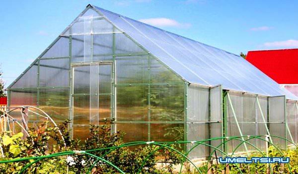 Строим теплицу из поликарбоната с двухскатной крышей
