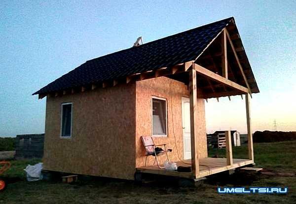 недорогой каркасный домик на дачном участке-фото
