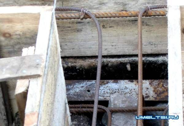 Строительство бани - арматуру уложили в опалубку