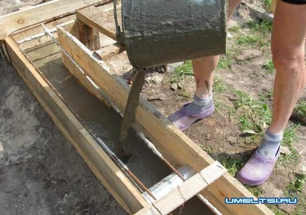 Строительство бани - заливка раствора