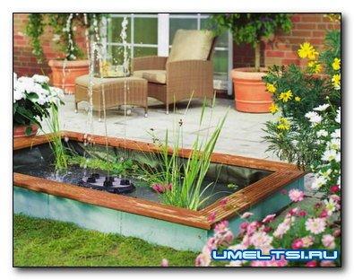 Садовый пруд из бордюрных камней с облицовкой из дерева