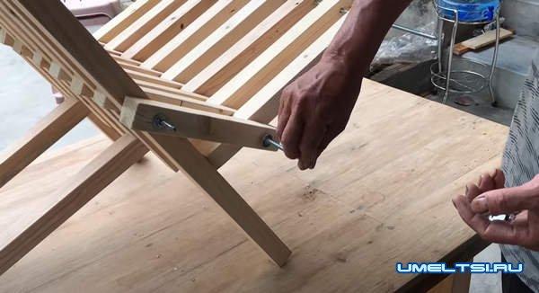 Складной стул из деревянных брусков