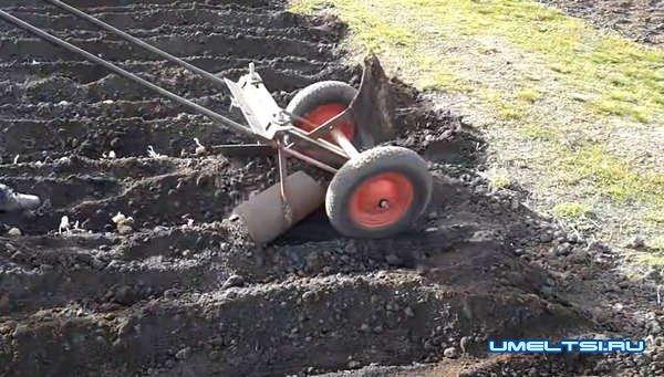 Самодельный плужок-окучник для посадки картофеля