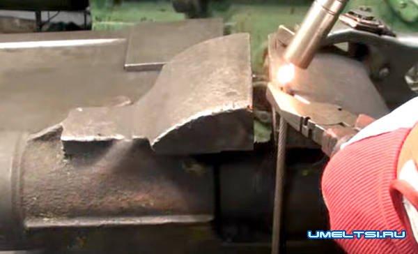 механическая щетка с бункером для уборки листьев